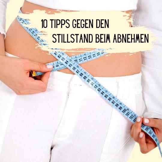 Das Bild zeigt eine Frau mit Massband um den Bauch. Text auf dem Bild: Abnehmtipps: 10 Tipps gegen den Stillstand beim Abnehmen.