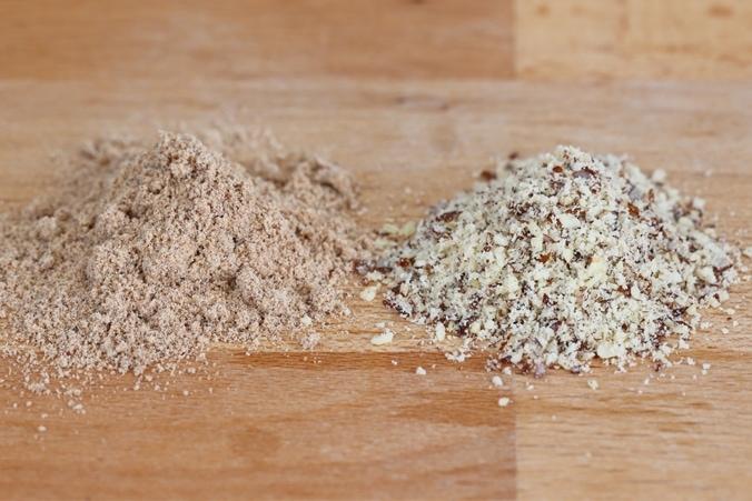 Vergleich: braunes Mandelmehl und gemahlene Mandeln
