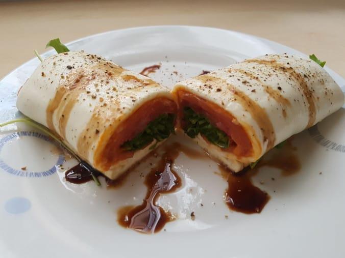 Mozzarella-Wrap serviert und aufgeschnitten