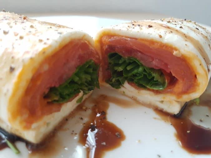 Nahaufnahme Mozzarella Wrap in der Mitte durchgeschnitten