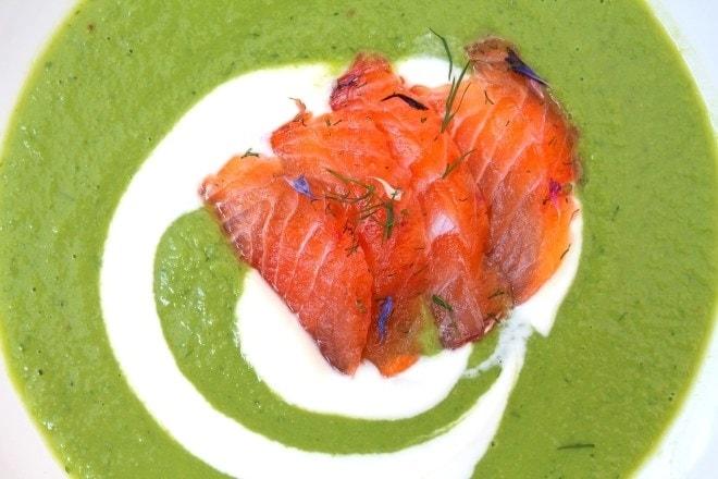 Selbstgebeizter Lachs mit Blüten und auf Erbsen-Gurken-Süppchen