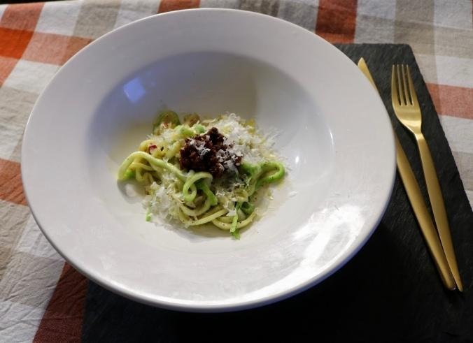 Zucchini-Spaghetti mit Parmesan