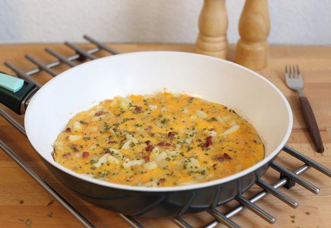 Spargel-Schinken-Omelette in der Pfanne