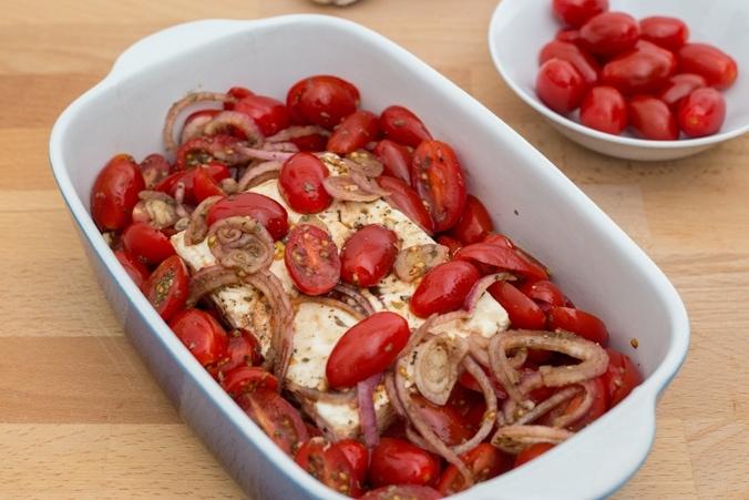 Feta mit Tomaten vor dem Backen