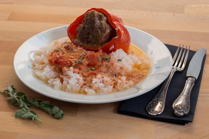 Gefüllte Paprikaschoten mit Shirataki-Reis angerichtet auf dem Teller