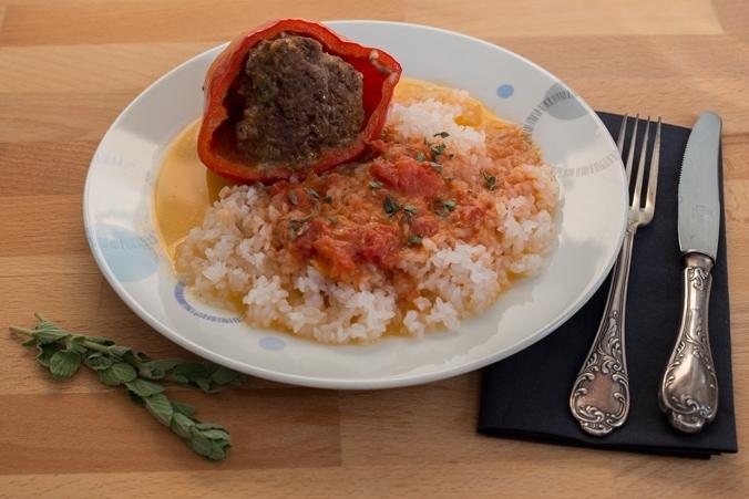 Gefüllte Paprikaschoten mit Shirataki-Reis, angerichtet auf dem Teller