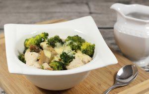 Hähnchen mit Brokkoli und Hollandaise in einer Schale