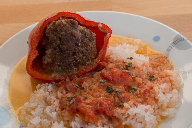 Paprikaschoten mit Shirataki-Reis auf einem Teller, Nahaufnahme