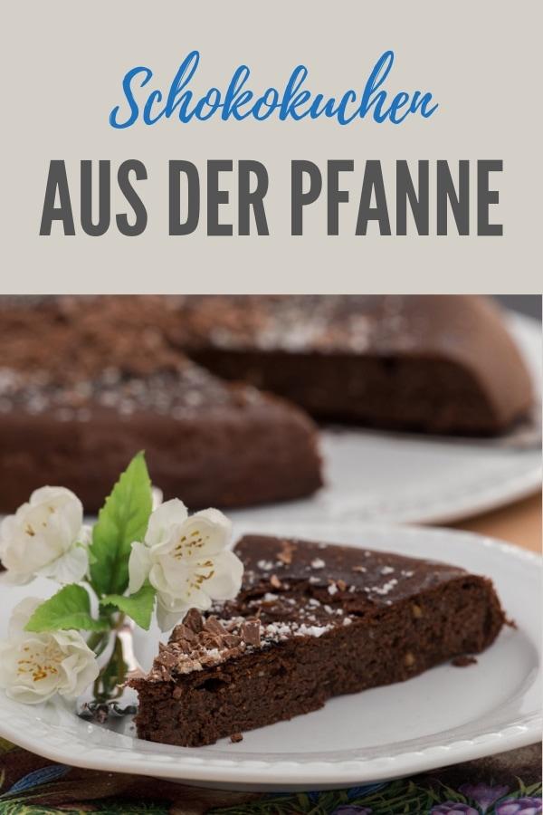 Pinterestbild für das Rezept Saftiger Mandel-Schoko-Kuchen aus der Pfanne