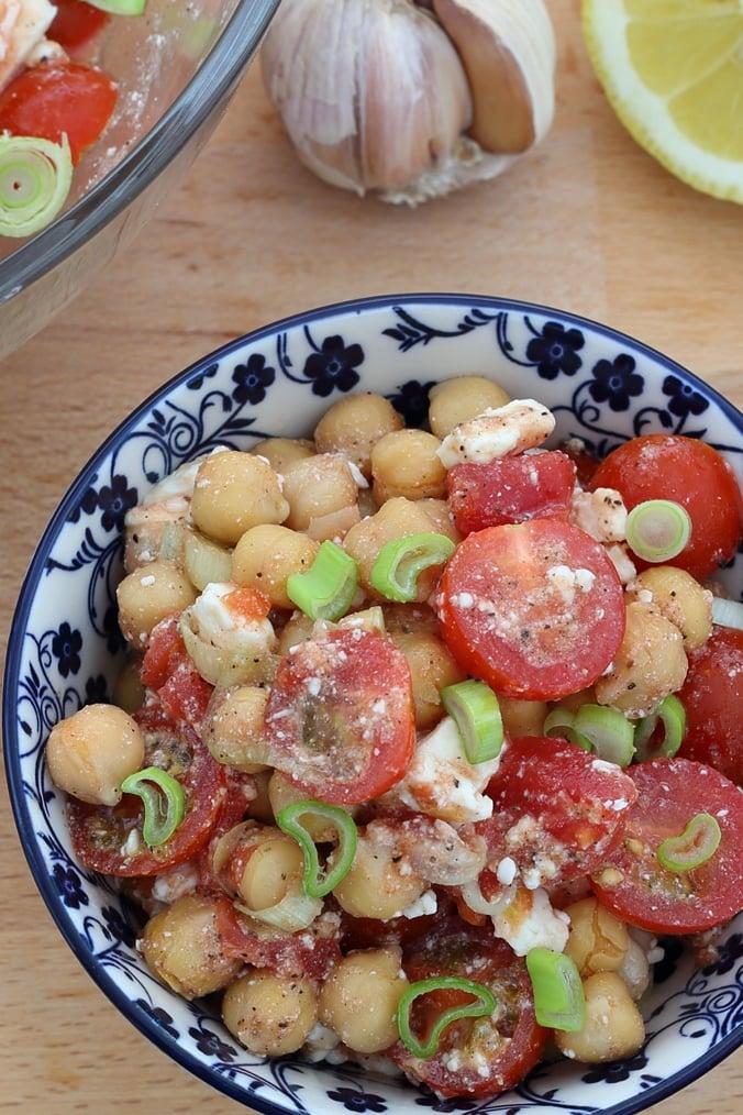 Kichererbsen-Salat mit Schafskäse und Tomaten, angerichtet in einer Schale, Ansicht von oben