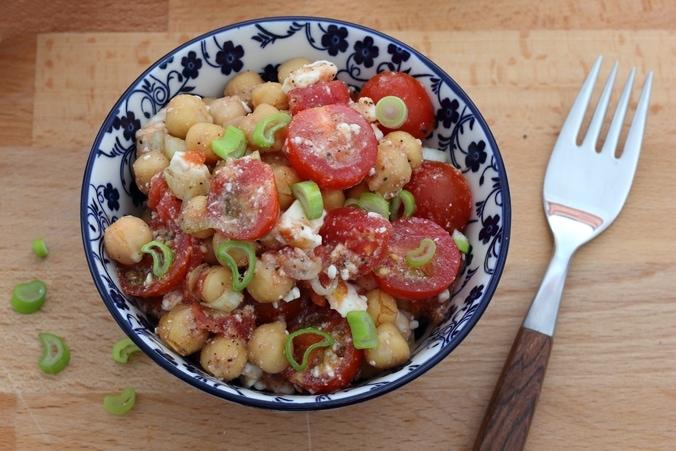 Kichererbsen-Salat mit Tomaten und Feta, angerichtet, Nahaufnahme von oben