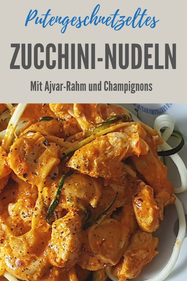 Bild zum Rezept Putengeschnetzeltes mit Ajvar-Rahm und Zucchininudeln, Rezepttitel oben im Bild