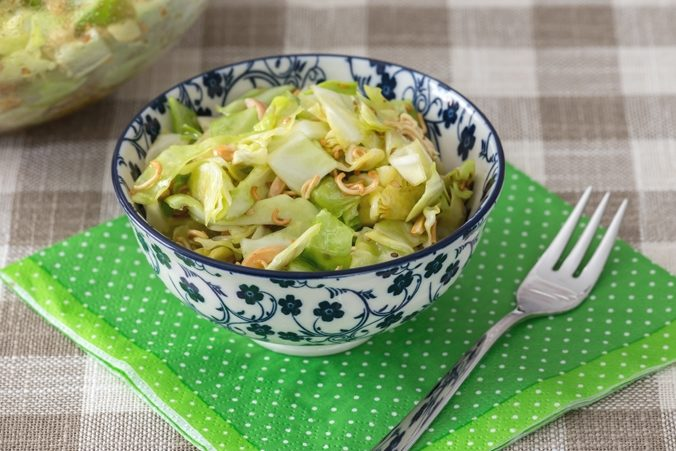 Low Carb Mie-Nudel-Salat in einem Schälchen, auf einer grünen Serviette