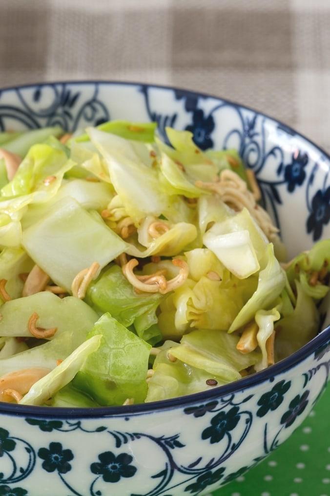 Asiatischer Mie-Nudel-Salat im Schüsselchen, Nahaufnahme