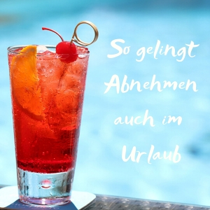 """Cocktailglas vor einem Pool mit Text """"So gelingt Abnehmen im Urlaub"""""""