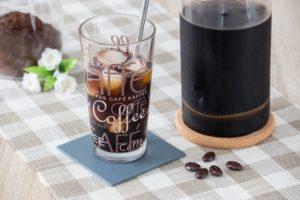 Kalt gebrauter Kaffee in einem Glas voller Eiswürfel
