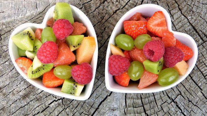 2 Schalen in Herzform mit geschnittenem Obst, Ansicht von oben