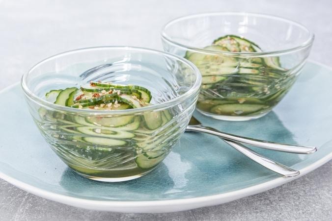 Low Carb Gurkensalat mit Ingwer und Sesam im Schälchen