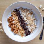 Herzhafte Nuss-Bowl mit Kakao-Splittern