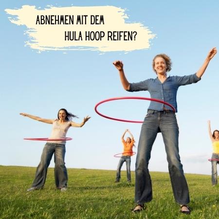 Mehrere Frauen auf einer Wiese mit Hula Hoop Reifen