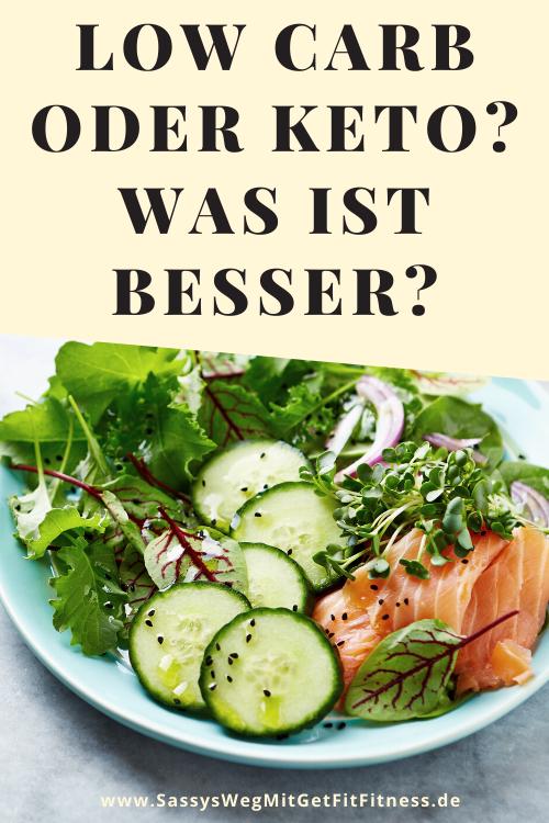 """Teller mit Salat und Lachsaufschnitt. Darüber der Text """"Low Carb oder keto? Was ist besser?"""""""