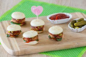 Mini Babybel Burger, auf einem Holzbrettchen
