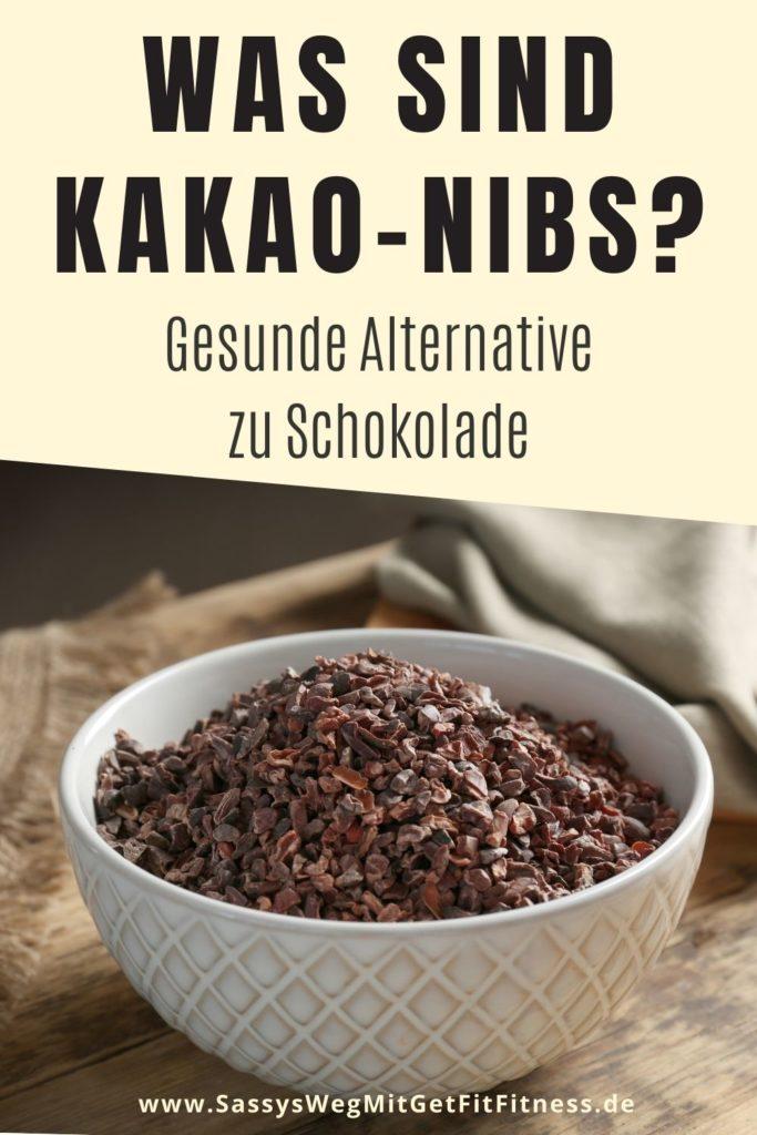 """Text """"Was sind Kakao-Nibs?"""", darunter eine Schale mit Kakao-Nibs"""