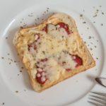 Pizza-Toast mit Salami und Frischkäse