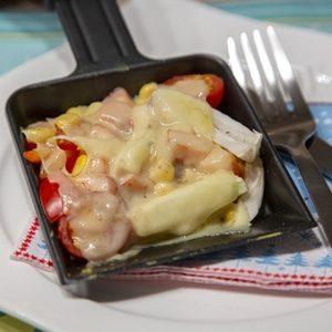 Low Carb Raclette Pfännchen auf einem Teller