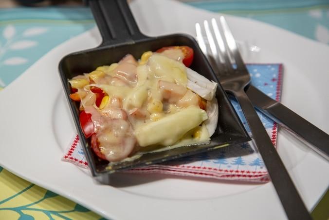 Low Carb Raclette: Pfännchen mit Gemüse und Käse auf einem Teller