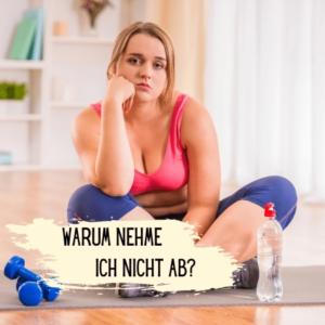 Frau in Sportkleidung sitzt auf dem Boden und ist frustriert. Text im Bild: Warum nehme ich nicht ab?