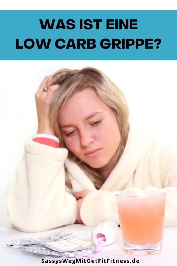 Kranke Frau im Bademantel. Text im Bild: Was ist eine Low Carb Grippe?