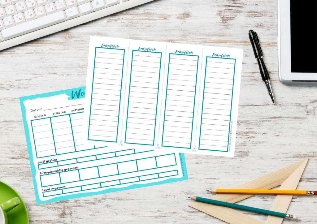 kostenloser Wochenplaner und Einkaufsliste liegen auf Schreibtisch