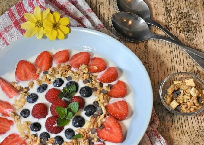 Joghurt mit verschiedenen Beeren auf einem Teller