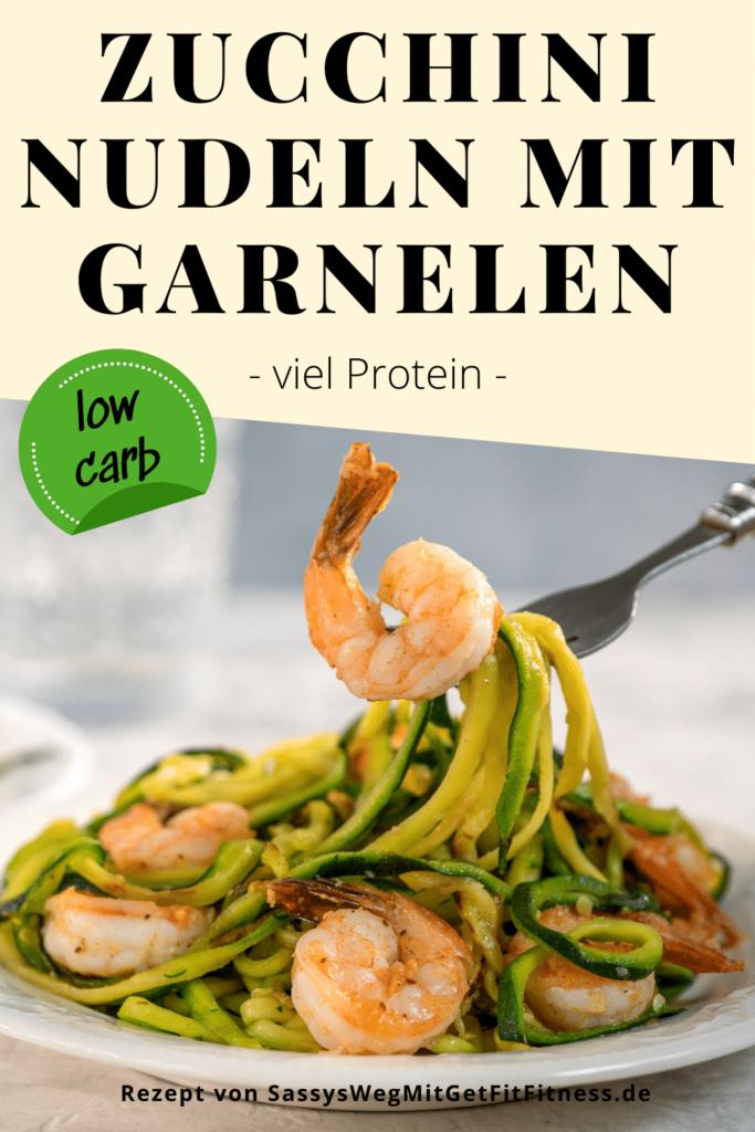 Teller mit Zucchini-Nudeln mit Garnelen und Pesto, Text im Bild mit den gleichen Worten