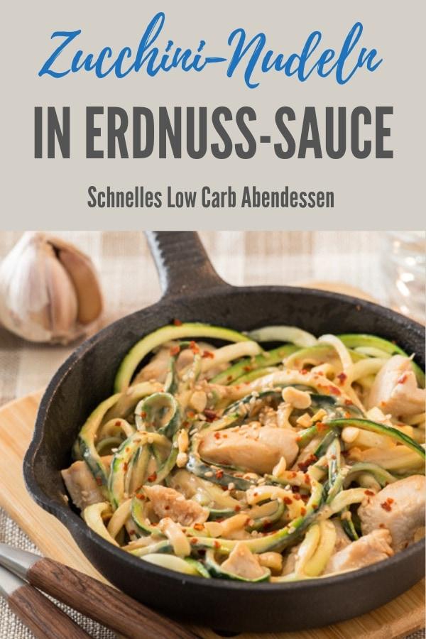 Pinterestbild für Zucchininudeln in Erdnuss-Soße, mit dem Namen des Rezeptes oben im Bild