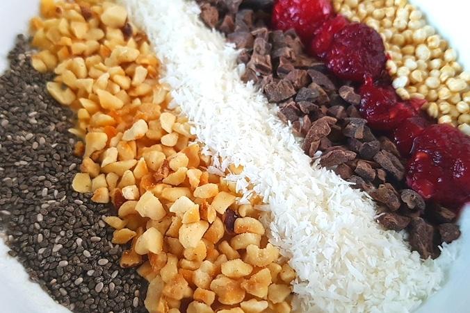 Zutaten für Bowl mit Chia, Haselnuss, Kokos, Kakaonibs, Himbeeren und Quiona